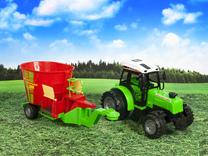 Traktor z wozem paszowym